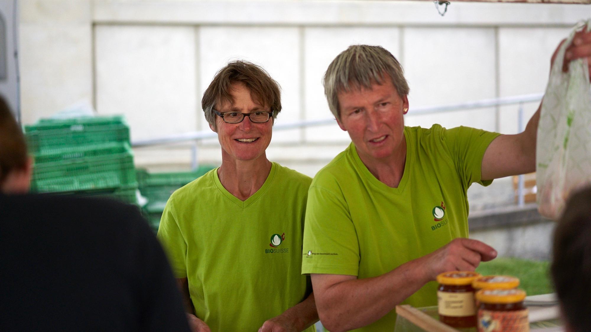 Josette Egli und Ruedi Graf bedienen am Biomarkt in Heiden die Kundschaft